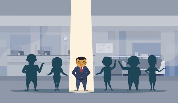 Azjatycki biznesowy mężczyzna z punktu światłem