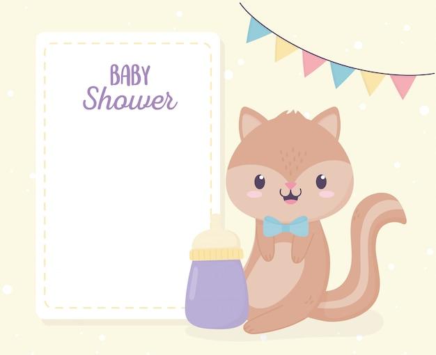 Baby shower ładny mały wiewiórka i kartkę z życzeniami butelki mleka