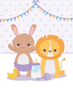 Baby shower, mały lew królik z grzechotką i butelką mleka, świętowanie powitania noworodka