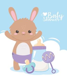 Baby shower, uroczy króliczek z grzechotką na pieluchy i smoczkiem, powitanie noworodka