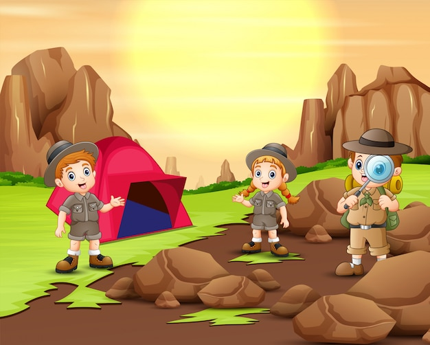 Badacz dzieci biwakuje w przyrodzie