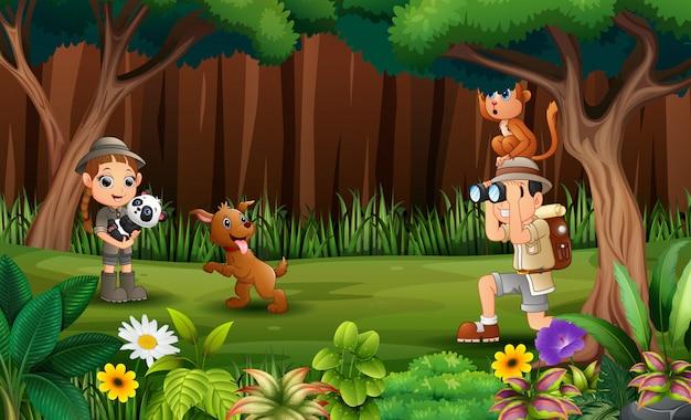 Badacz ze zwierzętami w lesie