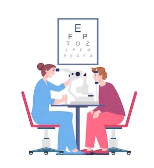Badanie wzroku pacjenta przez lekarza okulistę