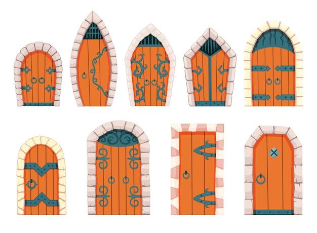 Bajkowe drzwi średniowieczne. element średniowiecznego zamku lub twierdzy. drewniane portale z kamiennym łukiem, kute metalowe zawiasy. brama wektor kreskówka na białym tle.
