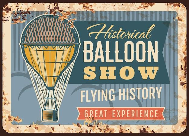 Balon powietrzny pokazuje zardzewiałą metalową płytkę