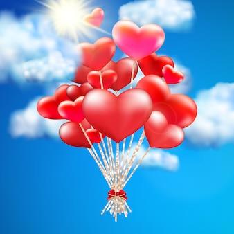 Balon w kształcie serca na niebie.