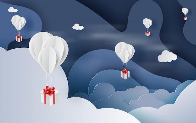 Balonowy biały unosić się i prezenta pudełka niebo