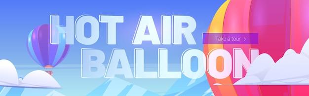 Balony na ogrzane powietrze latają nad górskim krajobrazem na niebie z chmurami