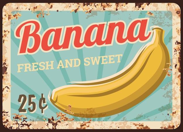 Banan owoce metalowe zardzewiały talerz, znak ceny żywności na rynku