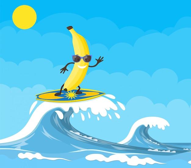 Bananowe postacie surfujące na fali.