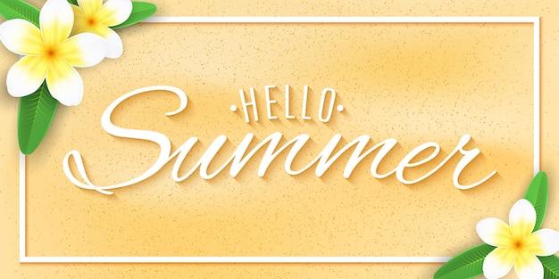 Baner internetowy hello summer. tropikalny plumeria kwitnie na plażowym piasku z tekstem.