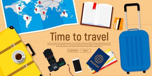 Baner internetowy na temat podróży. paszport z biletami, aparat fotograficzny, mapa podróży, walizka.