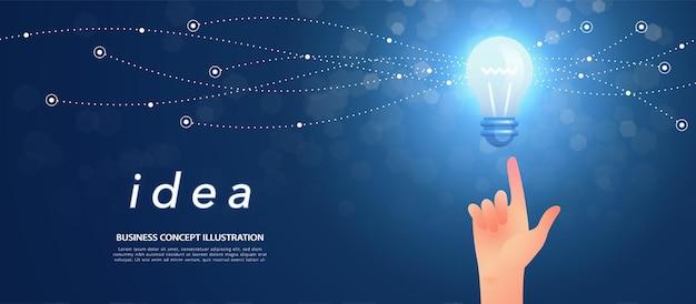 Baner koncepcji pomysłu z ręką wskazującą na świecącą i iskrzącą żarówkę na ciemnoniebieskim tle