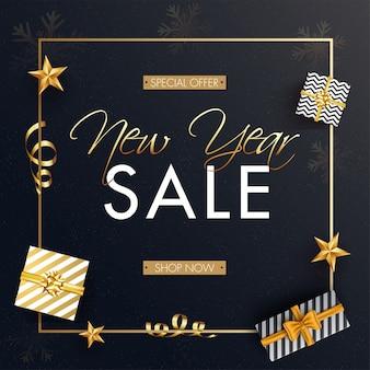 Baner reklamowy z widokiem na góry pudełek prezentowych i złotych gwiazd na wyprzedaż noworoczną.
