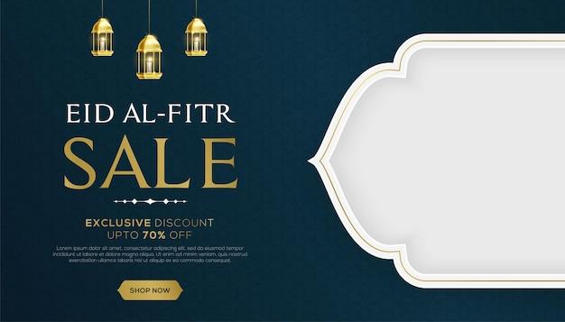 Baner sprzedaży id al-fitr z wiszącymi lampami i pustą białą przestrzenią