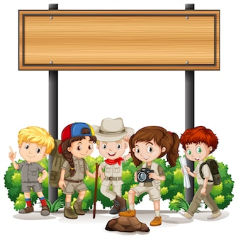 Baner z dziećmi pod drewnianym znakiem