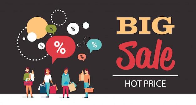 Baner z gorącą ceną z dużą sprzedażą z grupą ludzi trzymaj torbę na zakupy