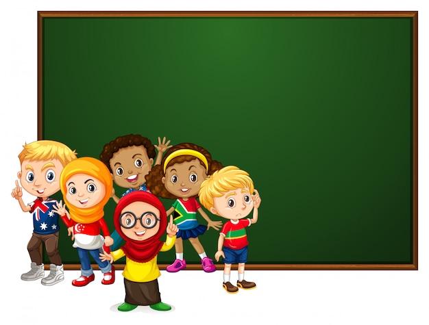 Baner z wieloma dziećmi przy tablicy