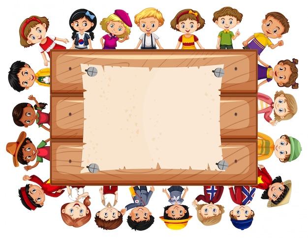 Baner z wieloma dziećmi wokół drewnianej tablicy