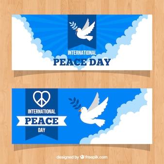 Banery pokojowe z gołębi na niebie