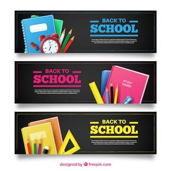 Banery z materiałami szkolnymi i alarm zegara
