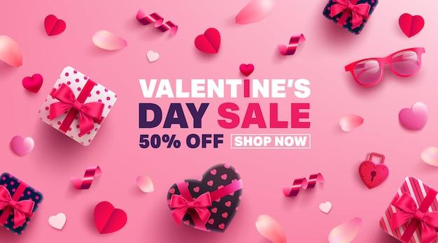 Banner sprzedaży walentynkowej ze słodkim prezentem, słodkim sercem i uroczymi przedmiotami