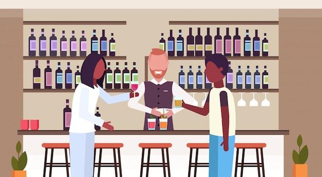 Barman w mundurze wlewając napój w okularach barman co koktajle i obsługujących afrykańskich klientów picie alkoholu w barze licznik nowoczesnej restauracji wnętrze płaskie poziome portret wektor wektor