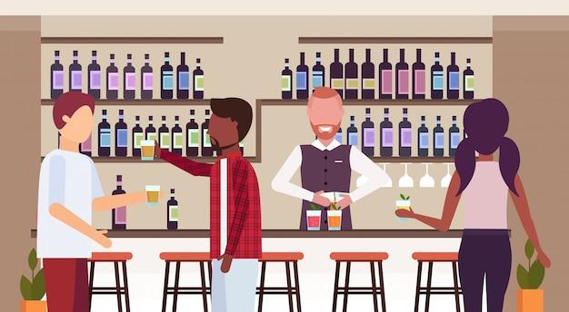 Barman w mundurze wlewając napój w szklankach barman robi koktajle i serwuje mieszankę rasy klienci rozmawiają pijąc alkohol w barze licznik nowoczesnej restauracji wnętrze płaskie poziome