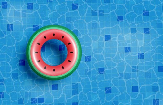 Basen z dmuchanym gumowym pierścieniem na wodzie.
