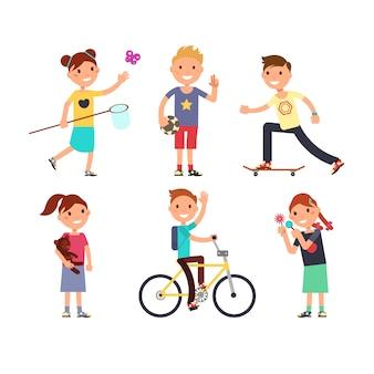 Bawiące się dzieci z zabawkami. szczęśliwe dzieci w zestawie zabaw wektorowych