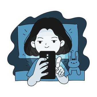 Bezsenna dziewczyna używa smartfona w łóżku
