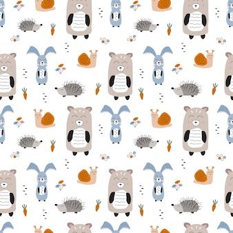 Bezszwowe wektor wzór ze zwierzętami leśnymi. ręcznie rysowane kreskówka miś, królik, jeż i ślimak. ilustracja dzieci w stylu skandynawskim.