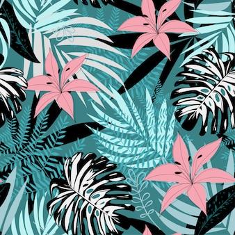 Bezszwowy tropikalny wzór z liśćmi i kwiatami na zmroku
