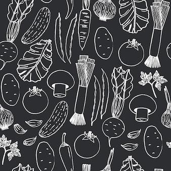 Bezszwowy wzór ręki rysujący warzywa na czarnym tle