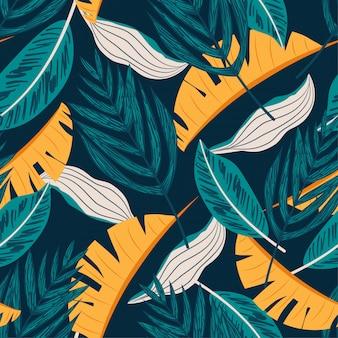 Bezszwowy wzór z błękitnymi i żółtymi tropikalnymi liśćmi