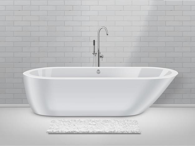 Biała łazienka w nowoczesnym stylu z dywanikiem na podłodze i wanną na tle ściany z cegły.