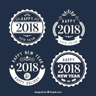 Biała nowy rok odznaki na granatowym tle