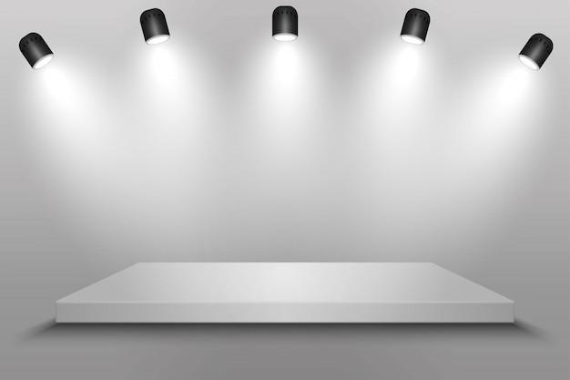 Biała platforma, podium lub cokół z reflektorami.