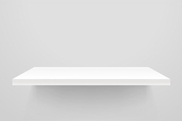 Biała pusta półka na białej ścianie.