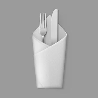 Biała składana serwetka w kopercie z srebrnym widelcem stołowym
