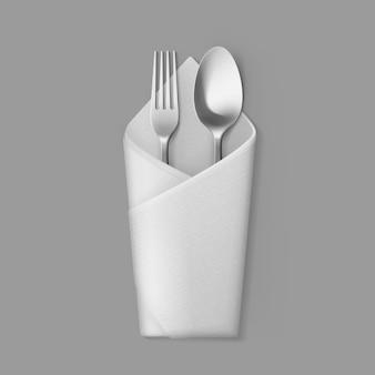 Biała składana serwetka w kopercie ze srebrnym widelcem stołowym