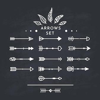 Biała strzałka plemienna w nowym nowoczesnym stylu. tablica strzałki ręcznie rysowane ikony ustaw na czarnej tablicy.