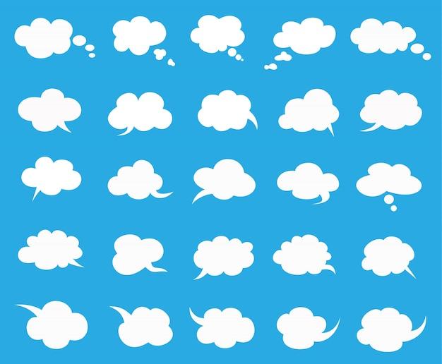 Białe chmury mówią bąbelkami ustawionymi na niebiesko