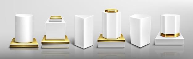 Białe cokoły lub podium ze złotą podstawą i wystającymi częściami, abstrakcyjne geometryczne puste sceny muzealne