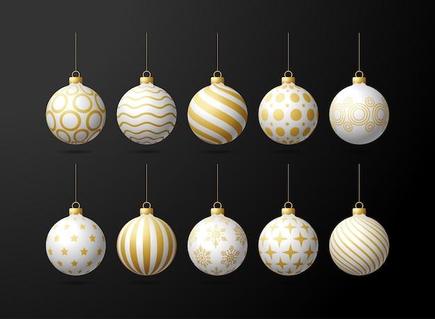 Białe i złote choinki zabawki kulki oe ustawione na czarnym tle. pończochy ozdoby świąteczne. obiekt na święta, makieta. realistyczny obiekt ilustracji