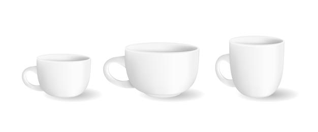 Białe kubki. zestaw realistycznych kubków ceramicznych.