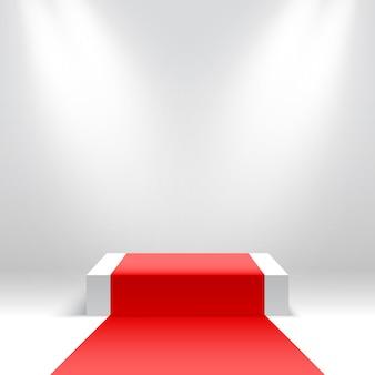 Białe kwadratowe podium z czerwonym dywanem pusty cokół z reflektorami platforma do wyświetlania produktów