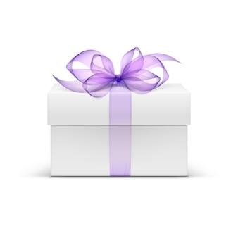 Białe kwadratowe pudełko z fioletową wstążką i łuk na białym tle