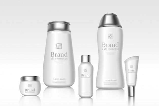 Białe markowe butelki kosmetyków z logo marki. szablon transparentu reklamy. produkty do pielęgnacji skóry z odbiciem na jasnym tle. ilustracje plakatów reklamowych.