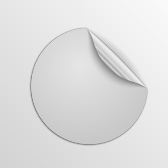 Białe okrągłe naklejki na białym tle. etykieta papierowa ze srebrnym rogiem.